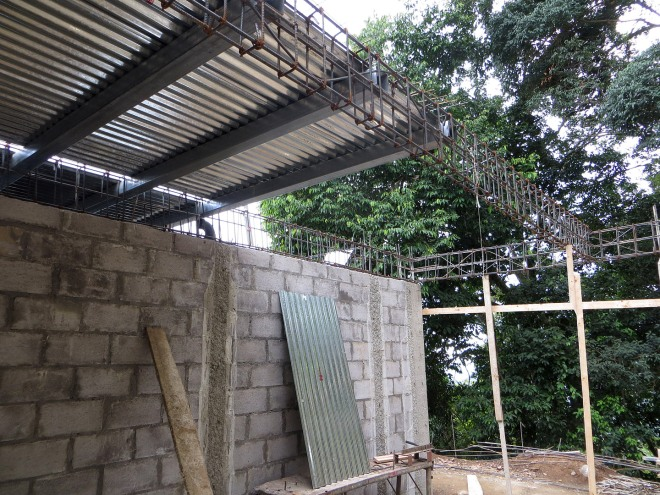 In the carport, above is the floor structure of the guest bathroom on the second floor.