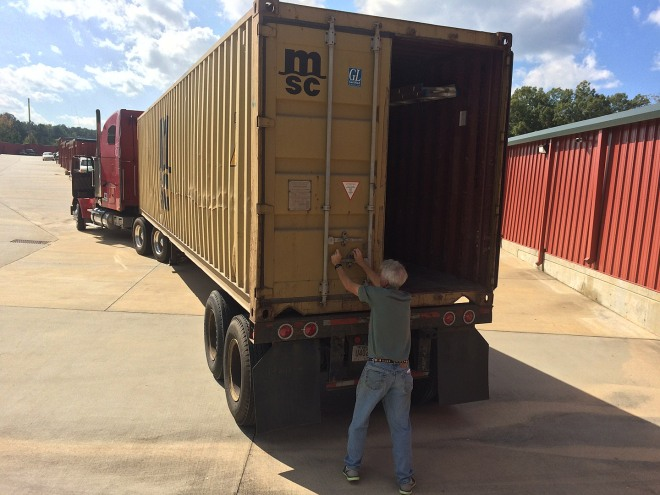 Eddie is closing the container doors and puts on the seal.